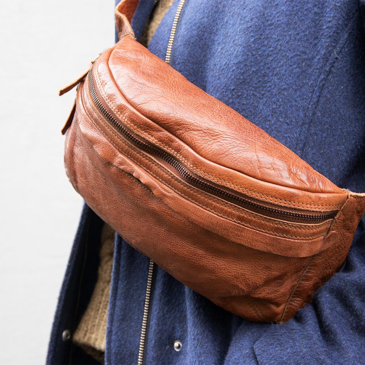 Bæltetaske skuldertaske i ægte læder Flot og praktisk bumbag mavetaske hverdagstaske i stilrent dansk design fra Birkmond taskebutik Aarhus lædervarer lædertaske