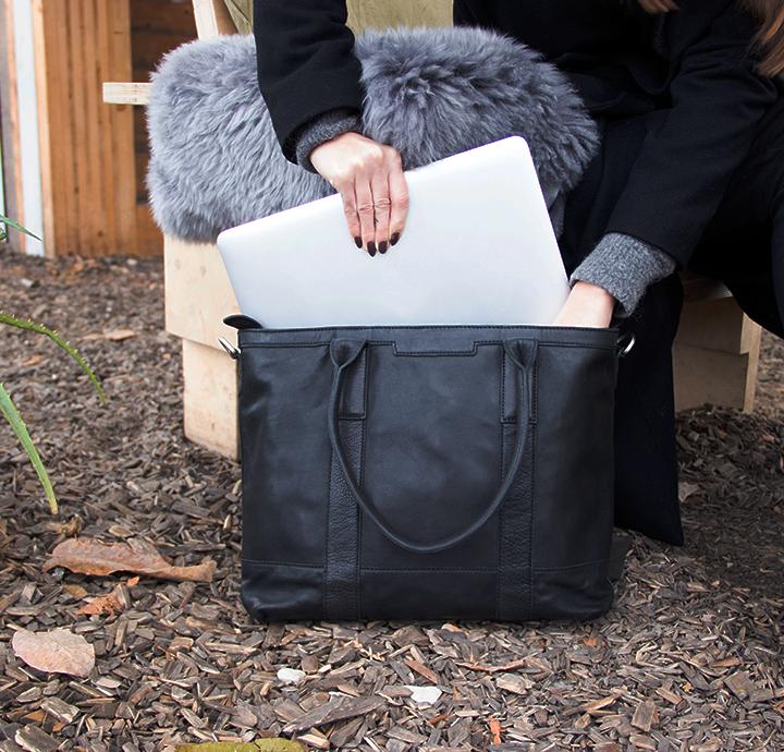 Retro skuldertaske i vegetabilsk garvet læder flot enkelt dansk design fra Birkmond smuk og praktisk skuldertaske til kvinder med plads til computer arbejdstaske eller skoletaske læder