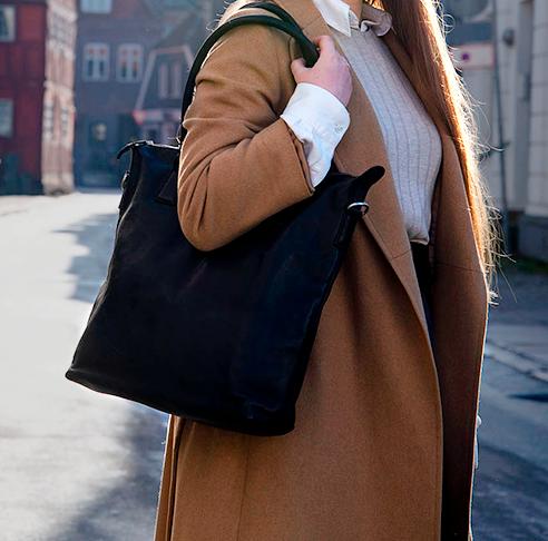 Flot og enkel skuldertaske totebag shopper smart og populær skoletaske arbejdstaske til kvinder smukt stilrent dansk design i vegetabilsk garvet læder fra Birkmond taskebutik i Aarhus