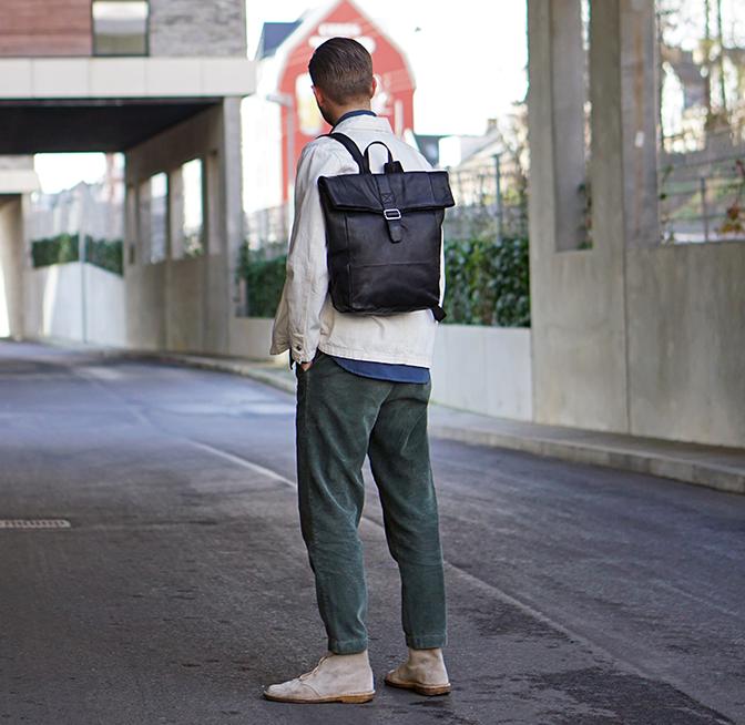 Smuk og praktisk rygsæk med spændeluk populær rygsæk i læder fra Birkmond læderrygæk i stilrent dansk design Aarhus taskebutik lædervarer
