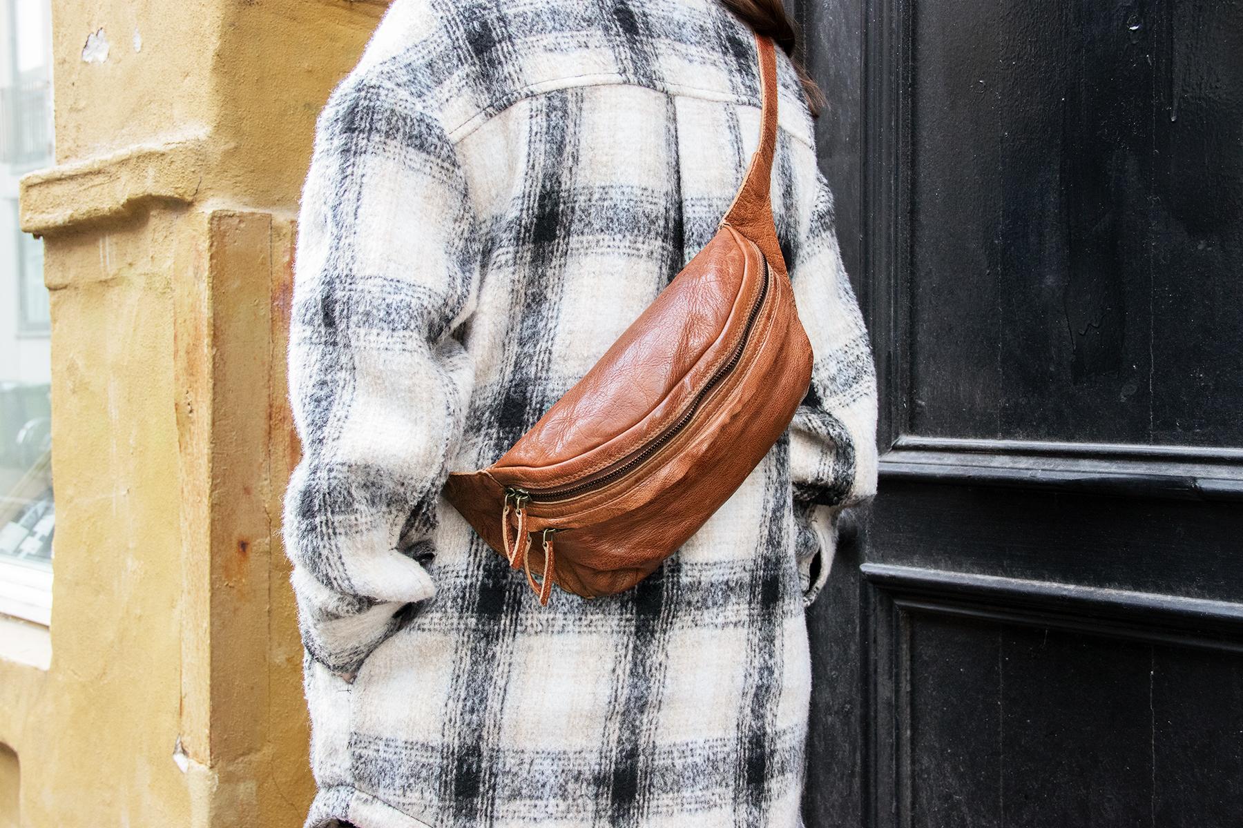 Flot enkelt praktisk skuldertaske bæltetaske bumbag i dansk design bæltetaske i ægte læder vintage udtryk hverdagstaske til mænd og kvinder