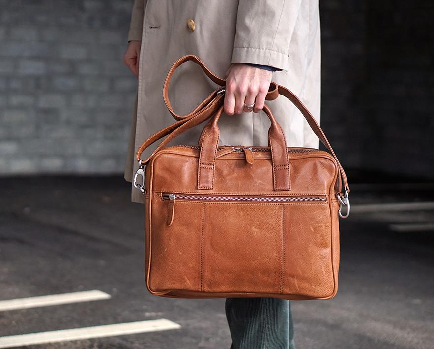 """Smart og praktisk computertaske skoletaske i ægte vegetabilsk garvet læder populær arbejdstaske fra Birkmond stilrent dansk design enkel og flot computertaske til 15"""" pc til mænd og kvinder i læder"""