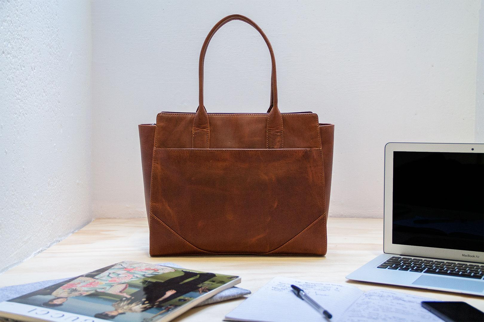 Skuldertaske til kvinder i mahognifarvet læder smukt enkelt design i ægte læder arbejdstaske hverdagstaske skoletaske fra Birkmond lædervarer tasker Aarhus