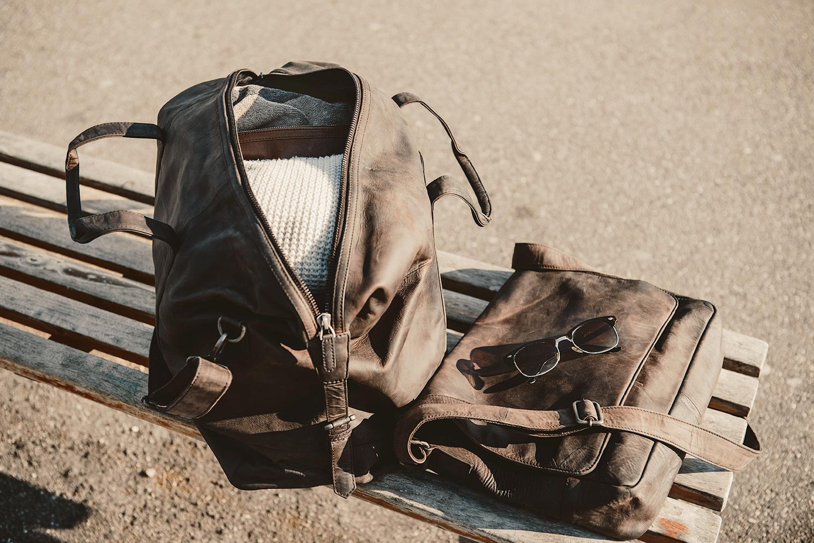 Rustik rejsetaske til mænd og kvinder i vegetabilsk garvet læder flot og enkelt dansk design fra Birkmond weekendtaske i læder praktisk design taskebutik i Aarhus Latinerkvarteret