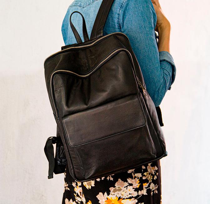 Enkel og klassisk rygsæk med flere rum rygsæk i ægte læder og flot populært dansk design fra Birkmond Aarhus tasker taskebutik praktisk og holdbar rygsæk