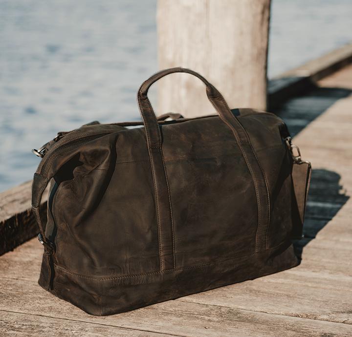 Praktisk og smuk stor rejsetaske til kvinder og mænd enkel og flot weekendtaske i læder rustikt udtryk taske til ferie læderrejsetaske i dansk design fra Birkmond