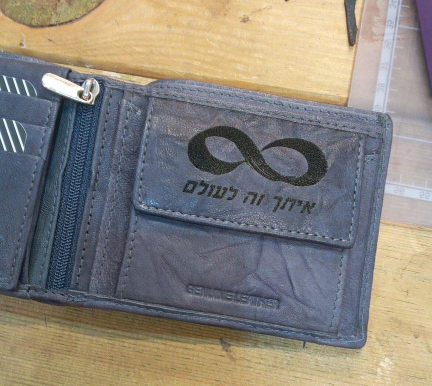 חריטה על ארנק מתנה לגבר שיש לו הכל תמונה על ארנק
