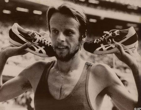 lasse virens wins the 10,000 meters in the 1976 montreal olympics in his custom Tiger Runsparks