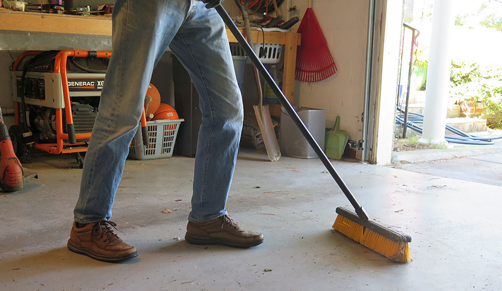 5 Etapas Para Limpar O Piso De Concreto Da Garagem Organizacao Da Garagem Coolyeah E Rodas Giratorias