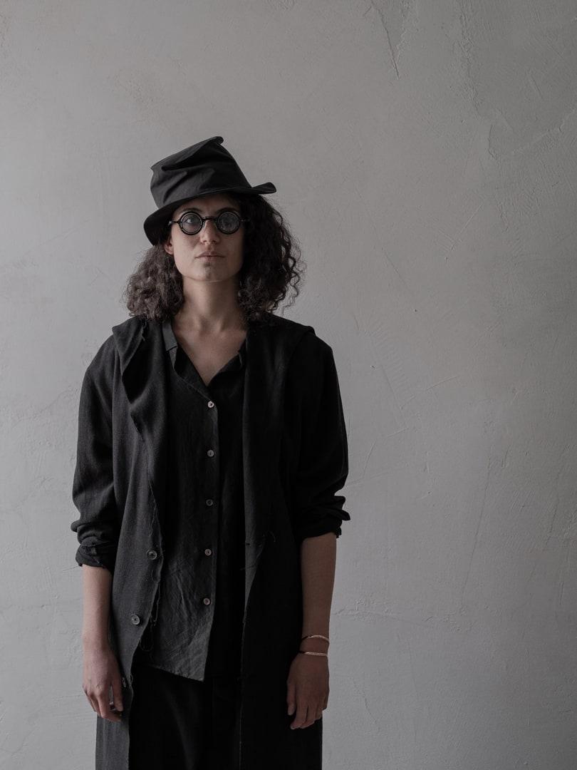 Avantgarde Mode in schwarz - Schwarzer Hut von 'der Antagonist' | eigensinnig wien