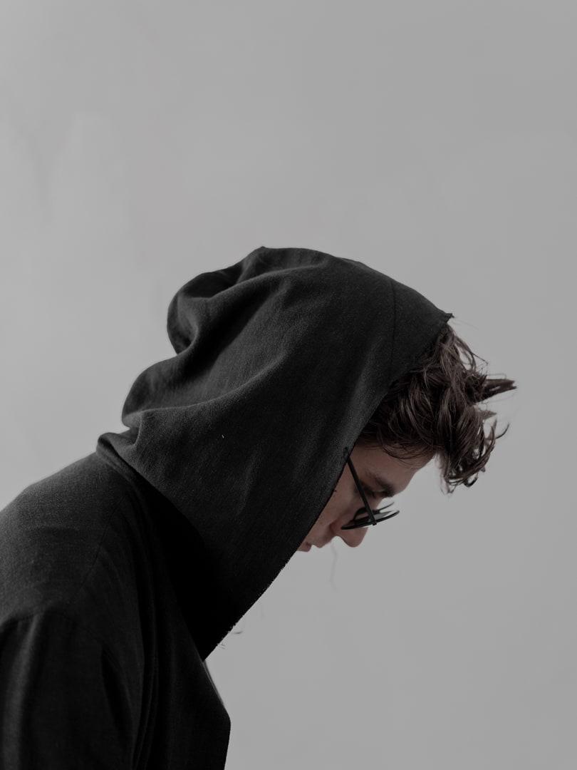 Ich will mich selber zurücknehmen und nicht auf das fokussieren, was ich bin, sondern auf das, was ich tue. - Avantgarde Mode in schwarz