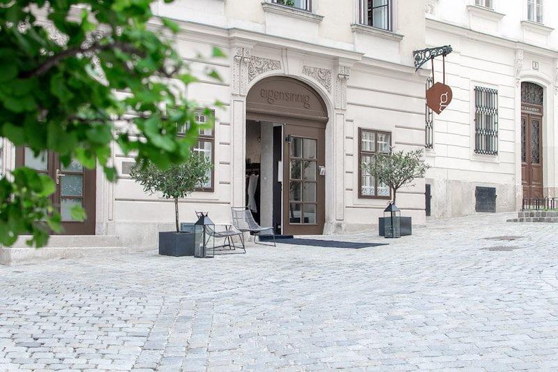 Gelegen am pittoresken Sankt-Ulrichs-Platz mit Kopfsteinpflaster, neben einer großen Kirche, wo die Zeit im Wien des Fin de Siècle zu stehen geblieben schien - eigensinnig wien