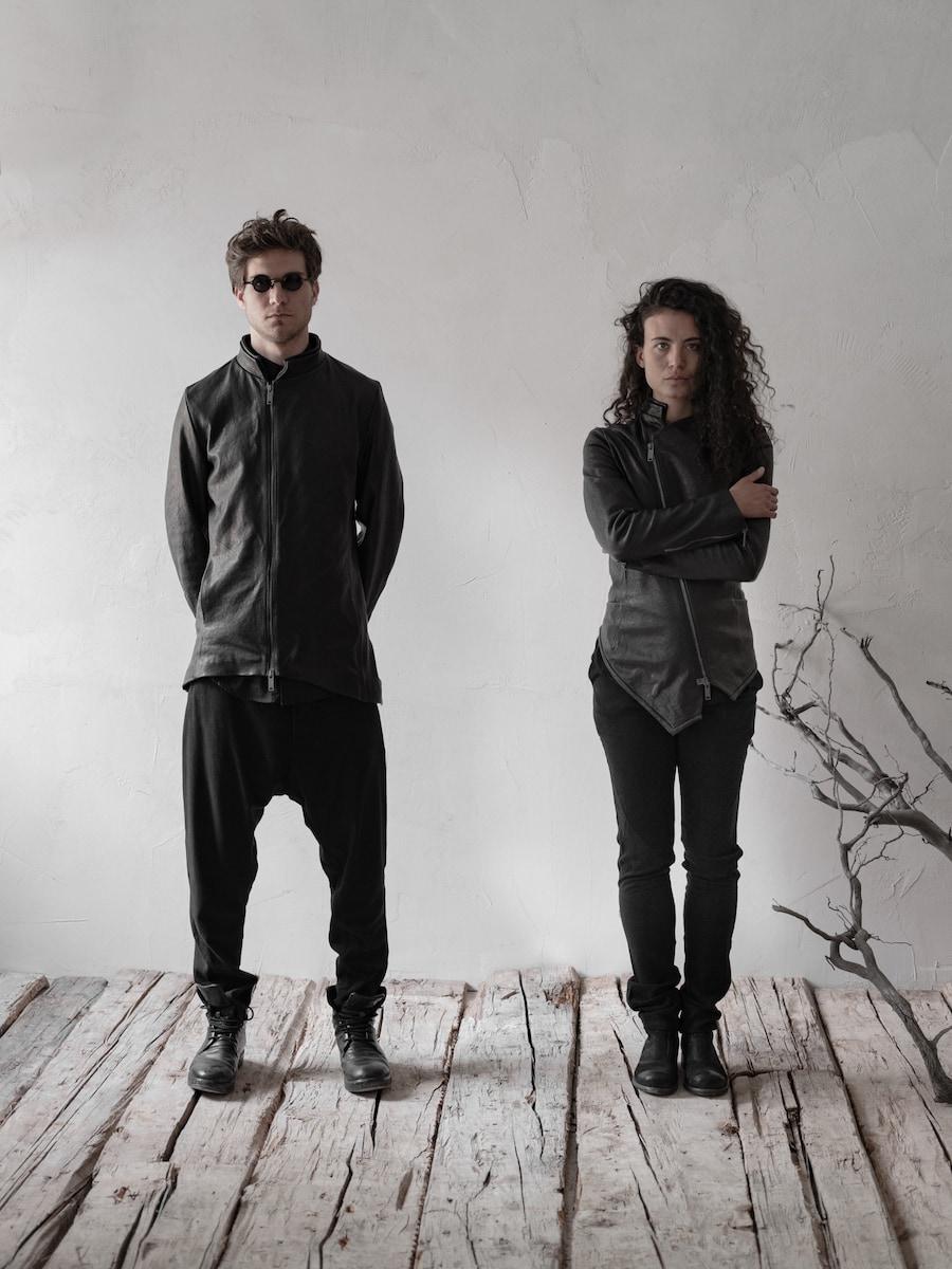 Die dunkelste aller Farben: eine Hommage an Schwarz. Schwarze Lederjacke 'Musil' für Herren - Avantgarde Mode in schwarz | eigensinnig wien