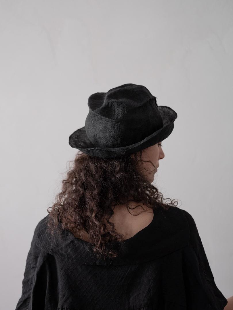 Avantgarde Mode in schwarz für Damen - Reinhard Plank Artista Ricucito Hat | eigensinnig wien