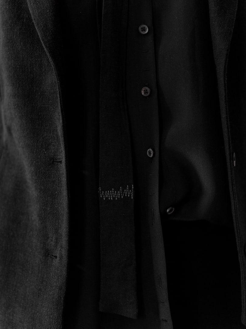 Schmale, schwarze Krawatte - Avantgarde Mode für Herren | eigensinnig wien