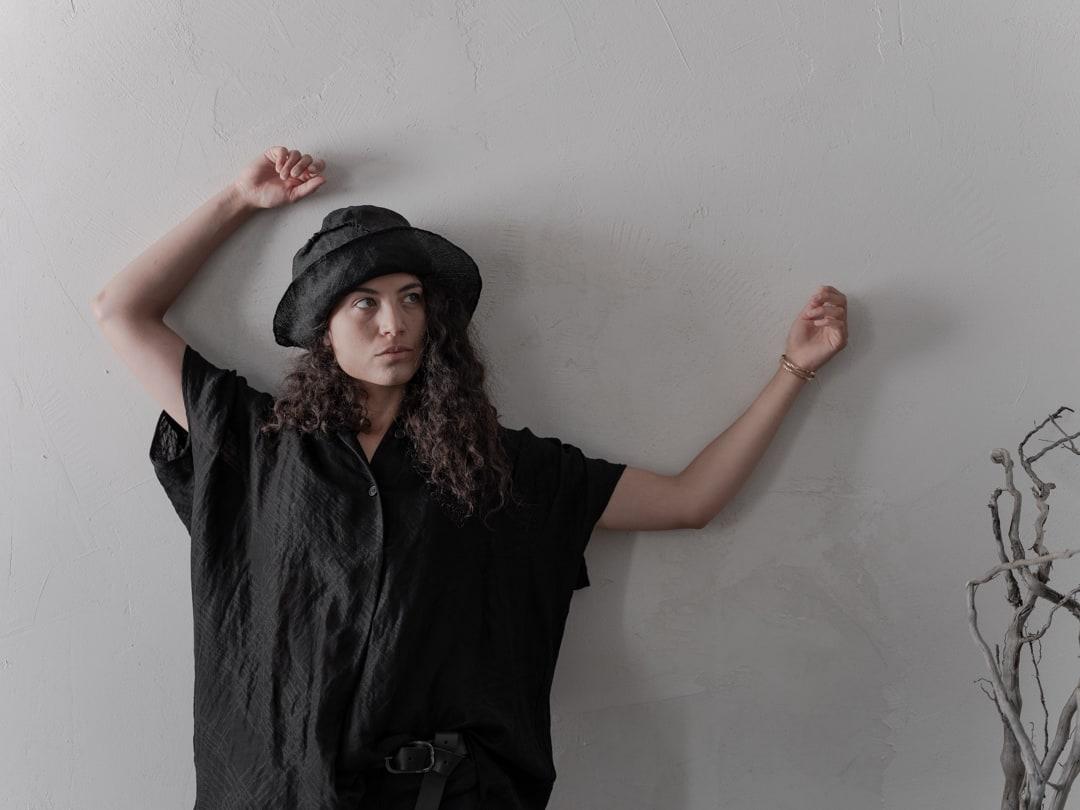 Schwarz ist ein Paradoxon, ein Chamäleon ohne Farben. - Avantgarde Mode in schwarz | eigensinnig wien