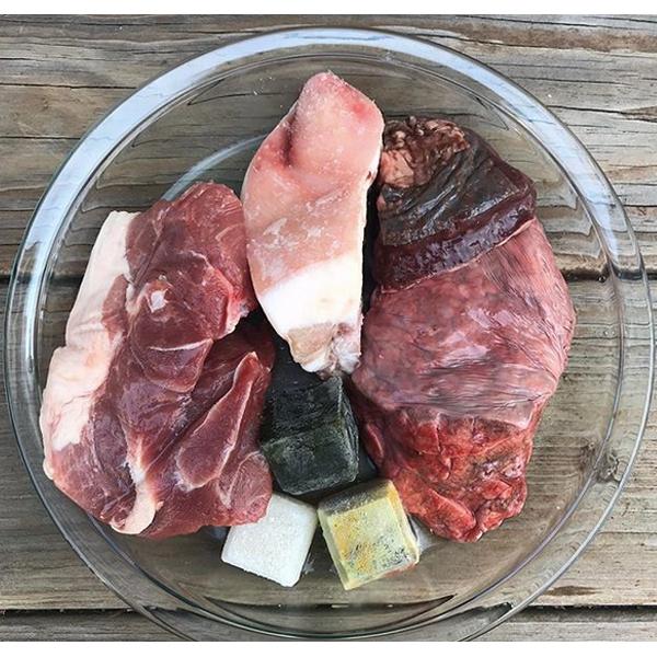 فكرة قائمة طعام طعام الكلب الخام #70 كتف لحم الخنزير ، الطحال البقري ، رئة اللحم البقري ، ذيل لحم الخنزير ، Super Cube (عشب + الخضار) ، مكعب حليب الماعز الخام المحلي ، مرق العظام ، فيتامين D.