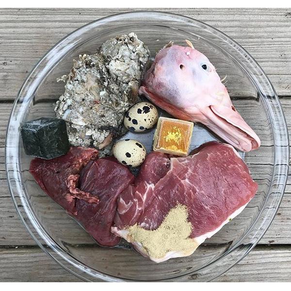 طعام الكلب الخام وصفة كرشة خضراء # 63 لحم الخنزير ، كرنب أخضر ، رأس بطة ، طحال لحم البقر ، بيض السمان ، مسحوق بلح البحر الأخضر الشفاف ، سوبر كيوب (أعشاب + خضار) ، مزيج حليب الماعز النيء المصنوع منزليًا مع الكركم والقرفة والزنجبيل.
