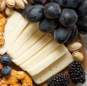 Würziger Käse gehört zum Krebsessen dazu.