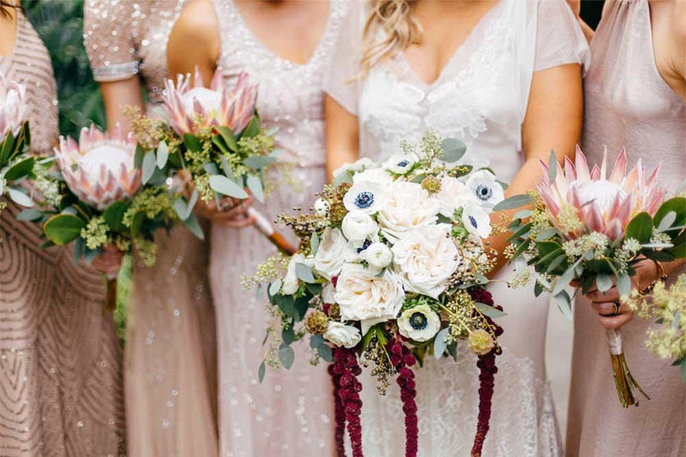 Novia y damas de honor con ramos de flores