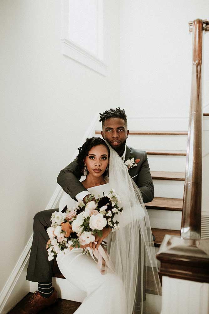 Pareja fotografiada en las escaleras el día de su boda