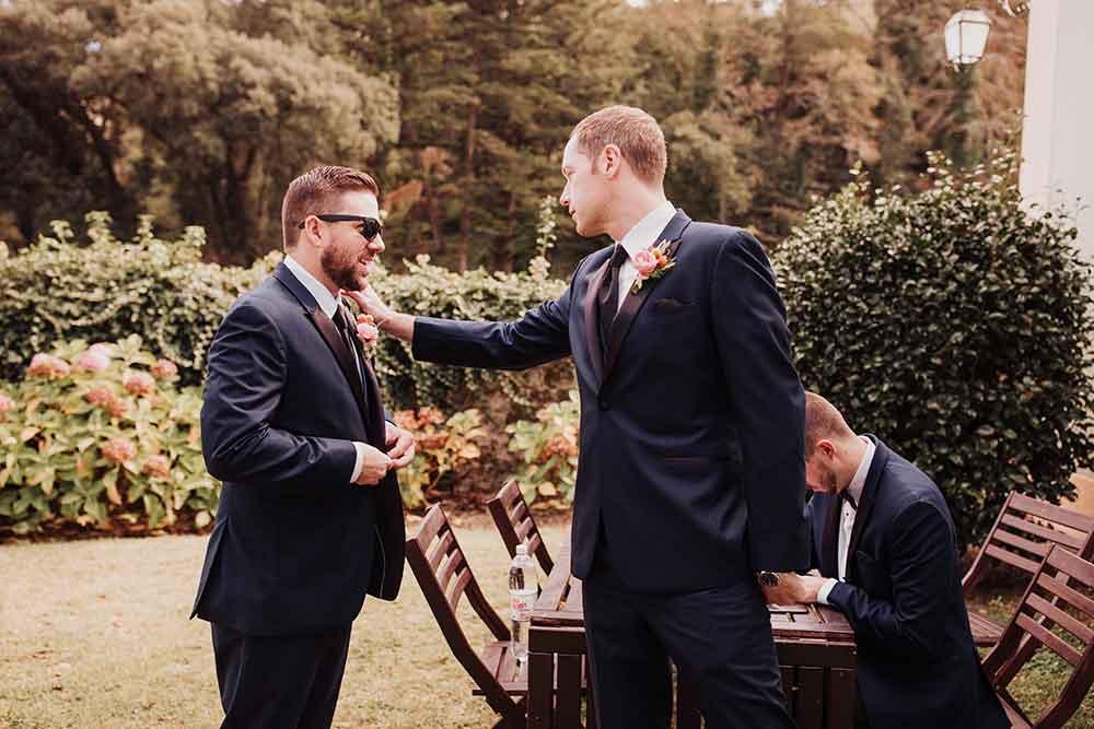 novio con padrinos de boda en el día de su boda