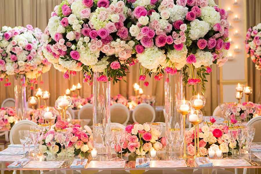 decoración de boda glamorosa con centros de mesa florales