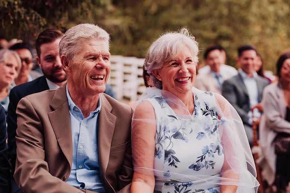 los padres del novio en la ceremonia de la boda