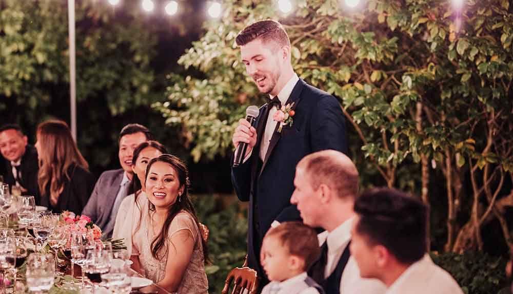 novio dando discurso en la recepción de la boda
