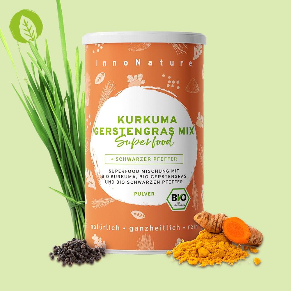 orange-dose-vor-gruenem-hintergrund-davor-gerstengras-kurkumaknolle-und-pfeffer-um-zu-zeigen-was-in-der-dose-enthalten-ist