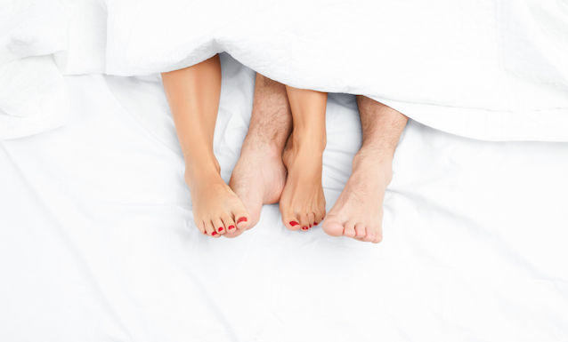 maennliche-und-weibliche-fueße-und-unterschenkel-schauen-unter-weißer-bettdecke-hervor-frauenfueße-haben-rot-lackierte-naegel