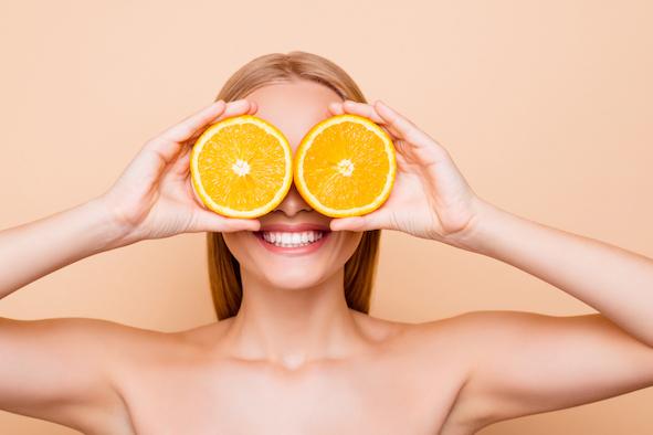 blonde-frau-mit-zitrusfrucht-vor-den-augen-fuer-ein-starkes-immunsystem