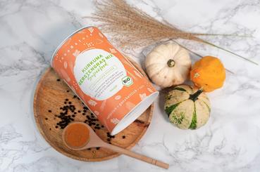 shake-von-innonature-verpackung-in-orange-auf-marmortisch-mit-leinentuch