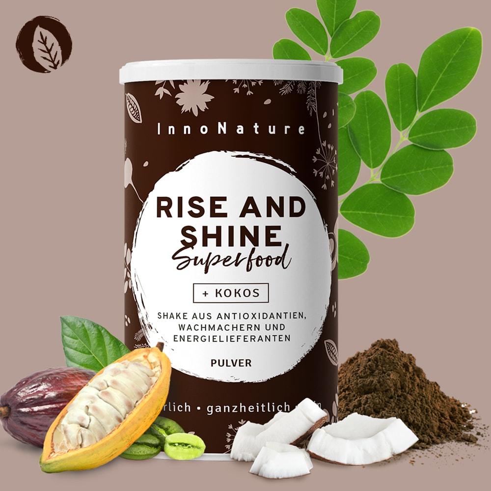 braune-dose-davor-kokosnussstuecke-kakaobohnen-und-grünpflanzen-die-zeigen-was-sich-in-der-dose-befindet