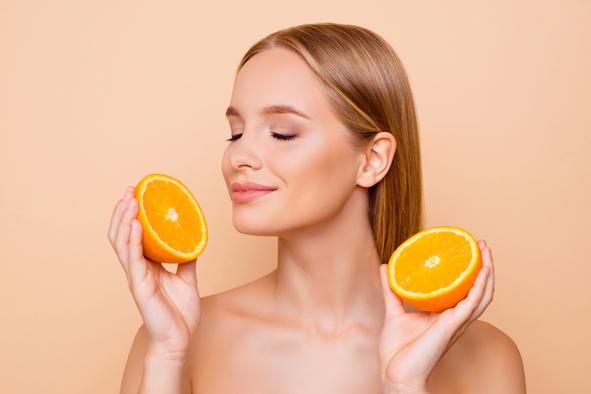 blonde-frau-mit-orangen-augen-geschlosse-strahlende-gesunde-haut