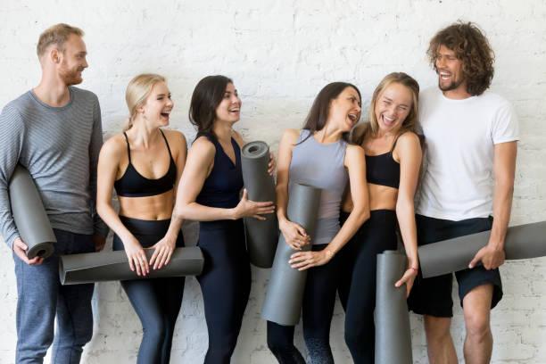 groupe de personne avant d'aller à une séance de yoga