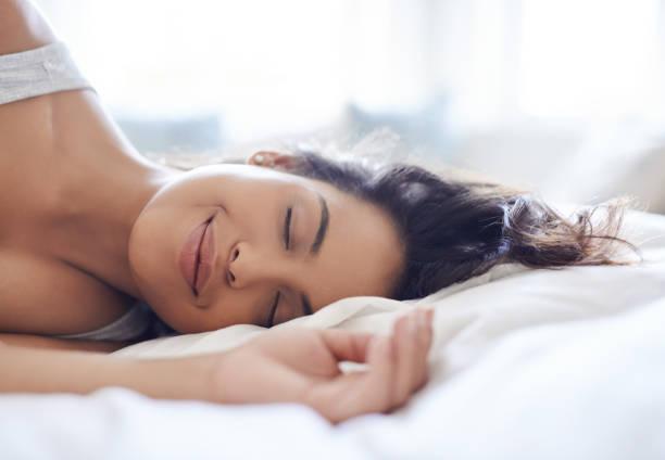 femme qui dort avec le sourire
