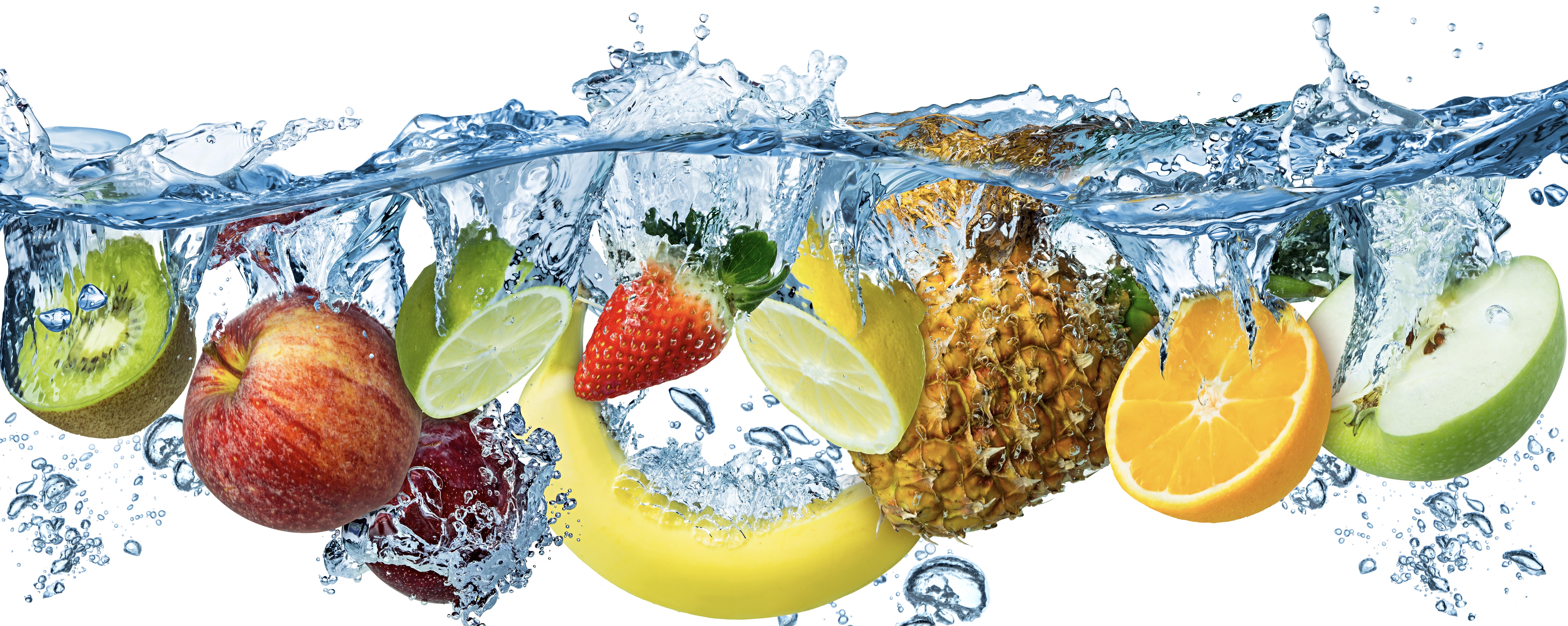 Multi fruits frais plongés dans l'eau
