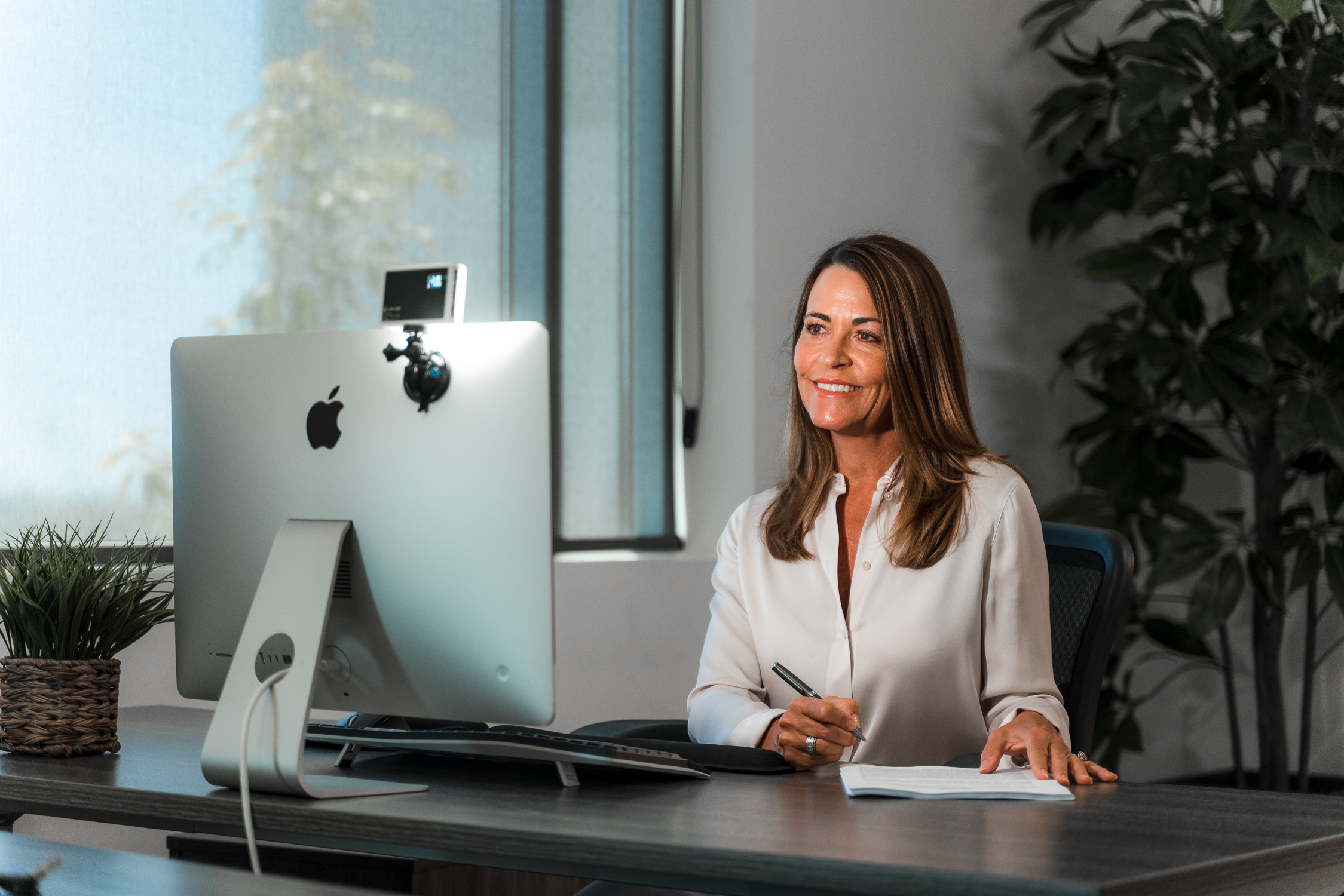 woman on virtual work meeting using the video conferencing lighting kit