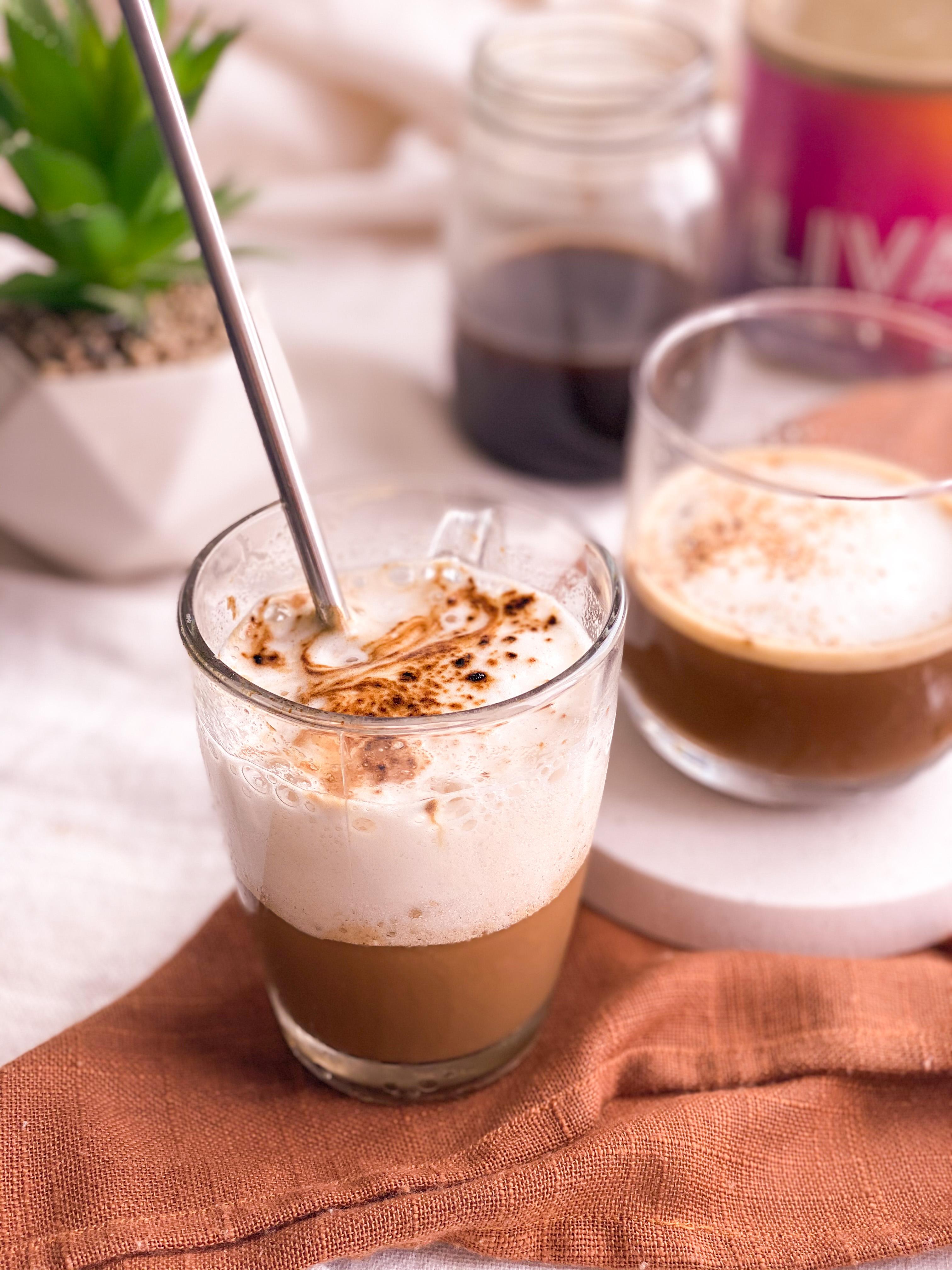 Cappuccino glacé avec cold brew et sucre de dattes