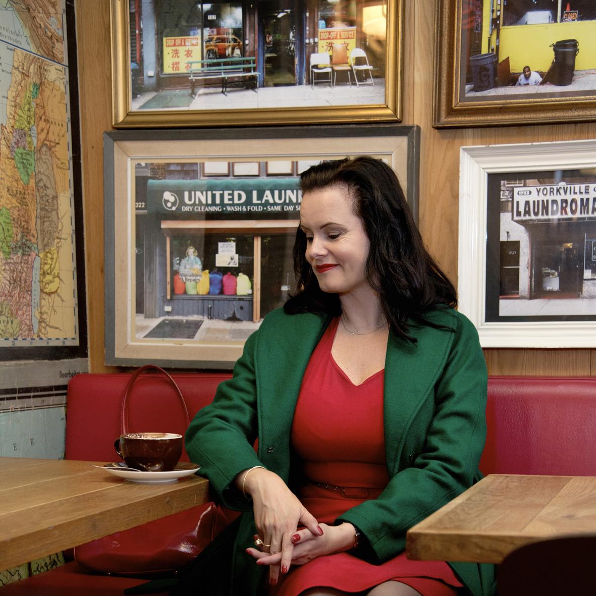 Forfatter Leonora Christina Skov i vores grønne retro inspirerede vinter frakke