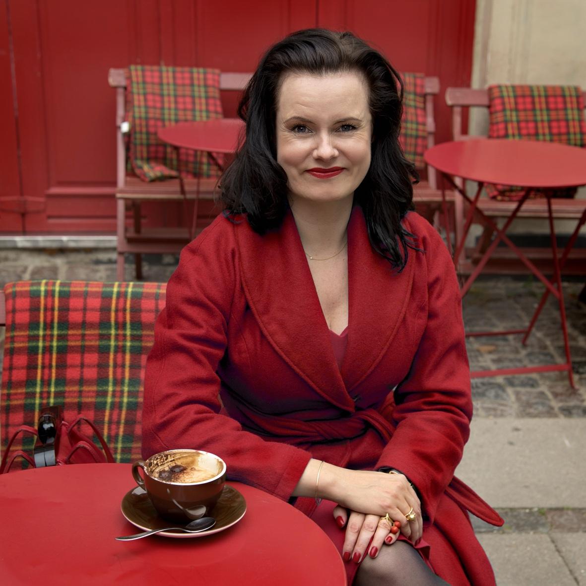 Forfatter Leonora Christina Skov i vores røde retro vinter frakke