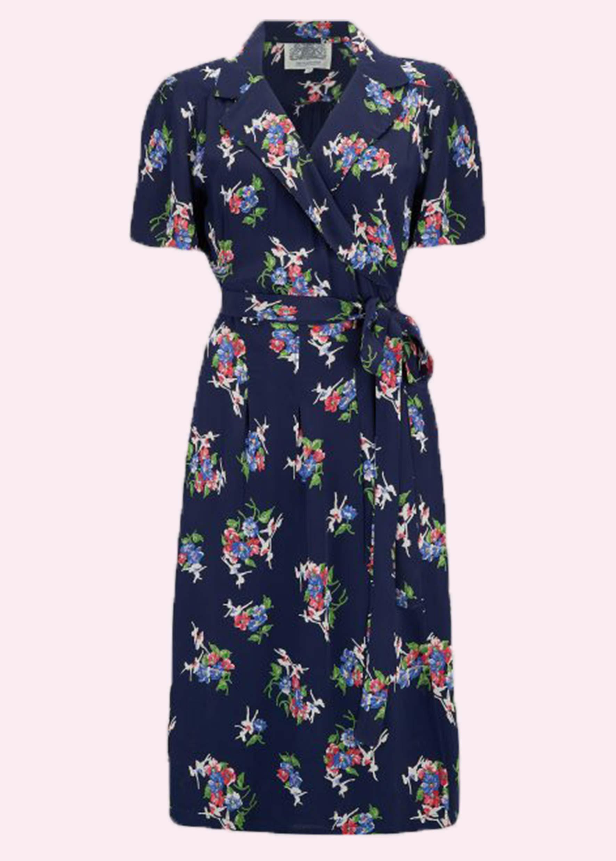 Blå blomstret slåom kjole i retro stil fra Seamstress Of Bloomsbury
