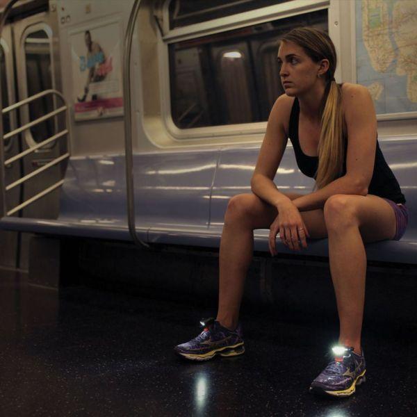 Frau in Bahn mit Night Runner 270 Schuhlichter