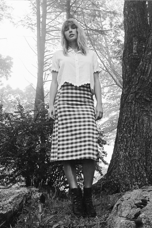 Taylor Swift's Check Pencil Skirt For Folklore Album Photoshoot - July 23,  2020 – Style Representative