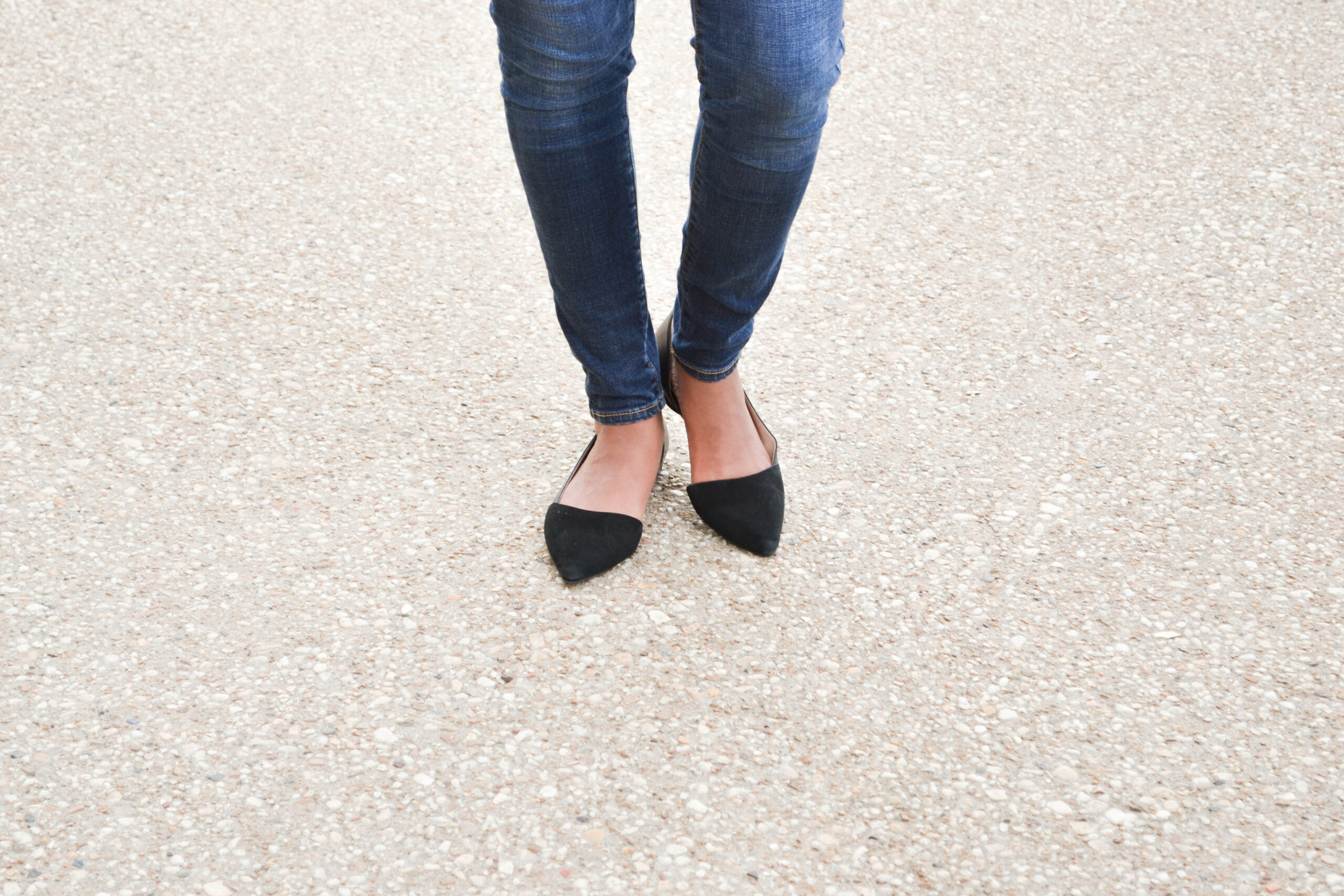 skinny jeans, woman walking, taking steps, black pointed shoes, tografy, photography business management
